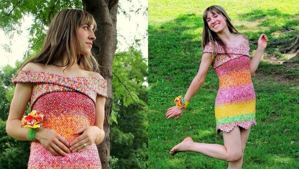 Tenue «délicieuse»: une robe créée avec les emballages de bonbons que son époux lui offre - Sputnik France