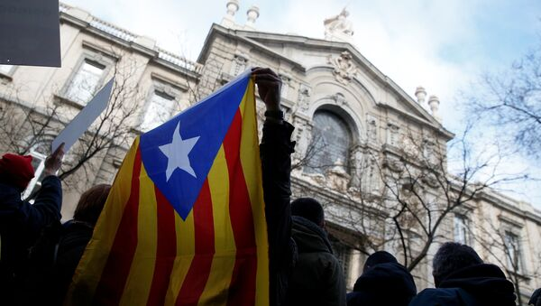 A supporter of former Catalan Government Presidency Councillor Francesc Homs holds the Catalan Estelada flag - Sputnik France