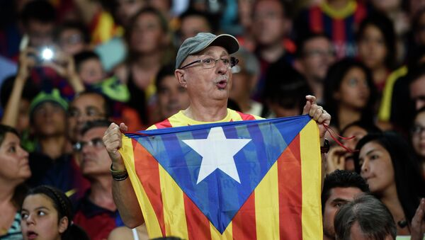 Hincha de Barça con la bandera independista de Cataluña - Sputnik France