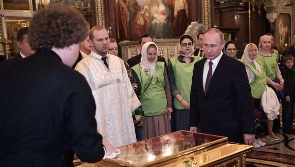 Vladimir Poutine et les reliques de Saint-Nicolas - Sputnik France