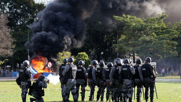 Confronto entre manifestantes e policiais em Brasília em protesto contra Michel Temer, 24 de março de 2017 - Sputnik France