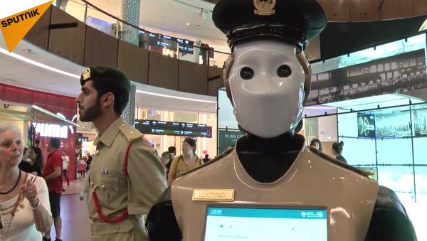 Le premier robot-policier embauché à Dubaï - Sputnik France