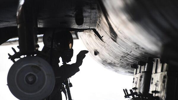 Caça MiG-21 da Força Aérea síria no aeródromo de Shayrat, que reiniciou o funcionamento um dia após o ataque de mísseis americano - Sputnik France