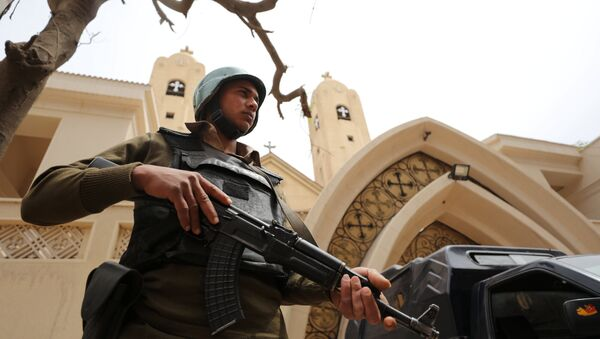 An armed policeman secures the Coptic church that was bombed on Sunday in Tanta, Egypt April 10, 2017 - Sputnik France