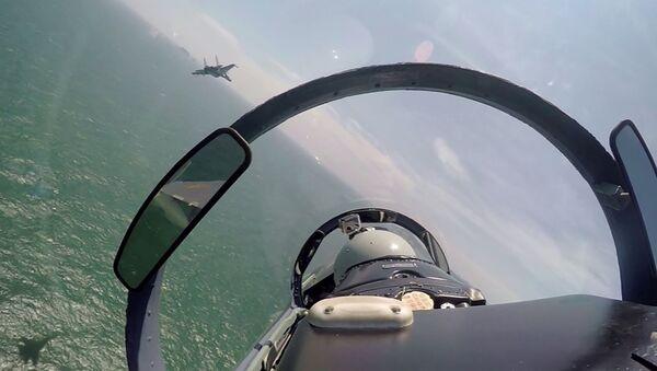Une paire de chasseurs chinois au cours d'une patrouille au-dessus de la mer de Chine méridionale - Sputnik France