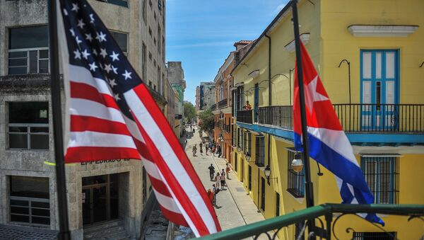 Cuban and US flags are seen outside the private restaurant La Moneda Cubana in Havana on March 17, 2016 - Sputnik France