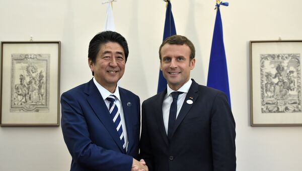 French President Emmanuel Macron shakes hands with Japanese Prime Minister Shinzo Abe during a bilateral meeting at the G7 summit in Taormina, Sicily, Italy, May 26, 2017. - Sputnik France