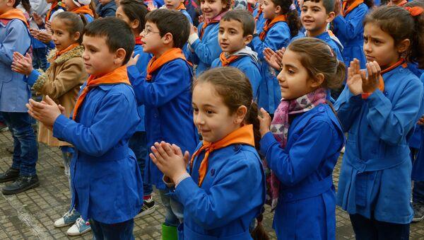 Российские офицеры Центра по примирению враждующих сторон доставили гуманитарную помощь в школу в поселке Химмам-Крахли - Sputnik France