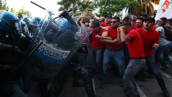 Protesters face police during a demonstration against the G7 summit in Giardini Naxos near Taormina - Sputnik France