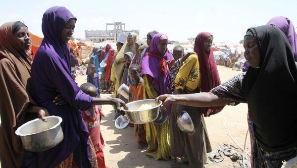 Des femmes reçoivent de la nourriture à Mogadiscio, en Somalie - Sputnik France