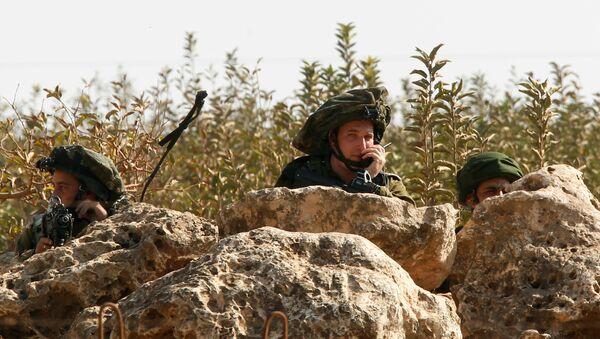 Israeli soldiers take position in the Israeli town of Metulla, as seen from the border village of Kfar Kila, south Lebanon October 26, 2016 - Sputnik France