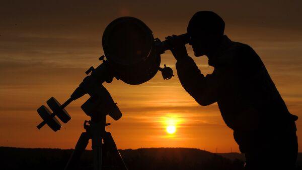 Un astronome amateur observe le transit de la planète Vénus dans l'est de l'Allemagne, le 6 juin 2012 - Sputnik France