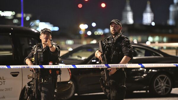 Armed Police officers stand guard on London Bridge in central London, Saturday, June 3, 2017. - Sputnik France