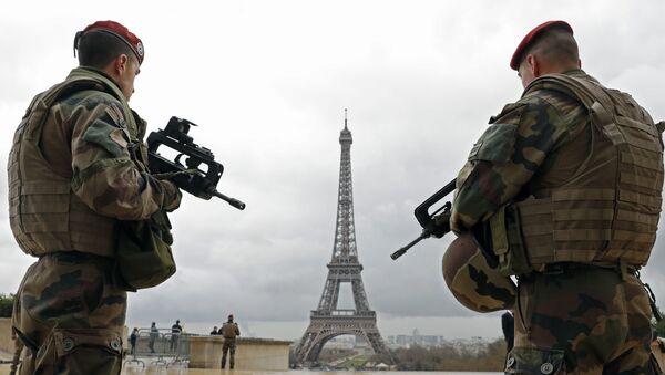 Des militaires français près de la Tour Eiffel - Sputnik France