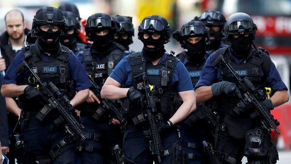 Armed police officers walk near Borough Market after an attack left 7 people dead and dozens injured in London, Britain, June 4, 2017 - Sputnik France