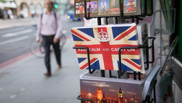 Les cartes postales portant le slogan britannique «Keep Calm and Carry On» de la Seconde Guerre mondiale se trouvent à l'extérieur des kiosques à journaux à Londres le 24 juin 2016. - Sputnik France