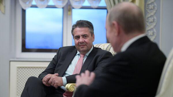 Bundesaußenminister Sigmar Gabriel beim Treffen mit Wladimir Putin in Sankt-Petersburg - Sputnik France