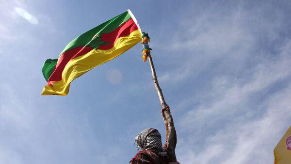 A masked Kurdish man waves a PKK's flag  - Sputnik France