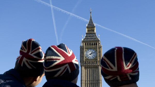 People wear Union flag-themed hats as they look at the Elizabeth Tower, better known as Big Ben, near the Houses of Parliament in London on January 17, 2017. - Sputnik France