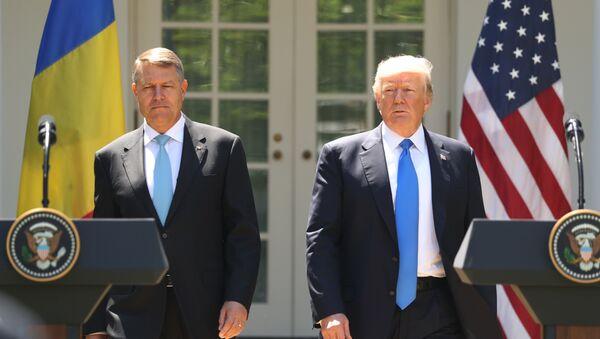 Le président Donald Trump, accompagné par le président roumain Klaus Werner Iohannis, à la tribune pour entamer une conférence de presse au Rose Garden à la Maison Blanche, le vendredi 9 juin 2017 à Washington. - Sputnik France