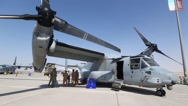 Des soldats américains à l'ombre de l'aile d'un Osprey Bell Boeing V-22, un avion militaire américain, au Dubai Airshow le 8 novembre 2015 - Sputnik France