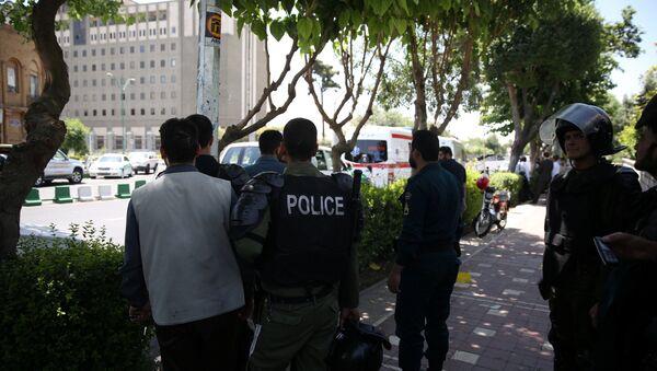 La police iranienne près du bâtiment du parlement iranien lors de l'attentat à Téhéran, en Iran, le 7 juin, 2017 - Sputnik France