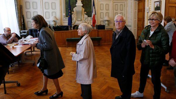 Les gens attendent en ligne pour voter au deuxième tour de l'élection présidentielle française de 2017 à un bureau de vote à Lyon, en France - Sputnik France