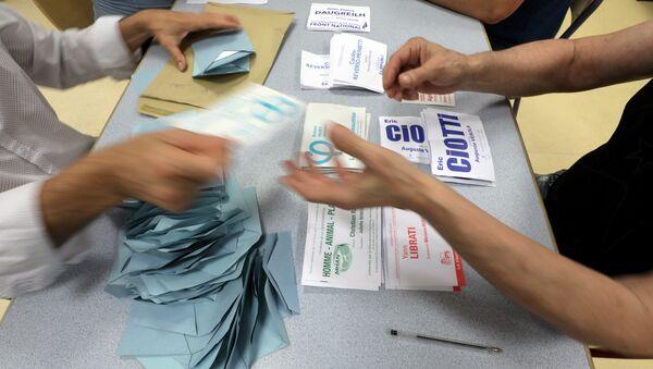 Les responsables commencent à compter les votes du premier tour des élections législatives françaises - Sputnik France