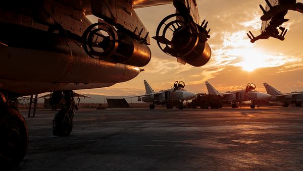 Aviones de las Fuerzas Aeroespaciales de Rusia en la base siria de Hmeymim - Sputnik France