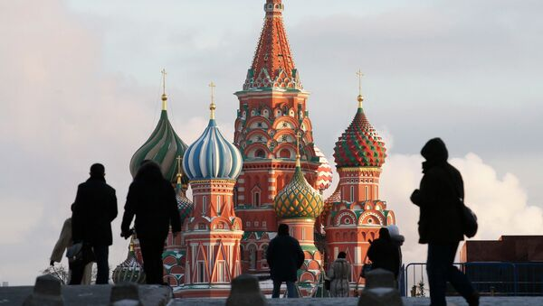 People walk in Red Square, with St. Basil's Cathedral seen in the background, in central Moscow February 6, 2015 - Sputnik France
