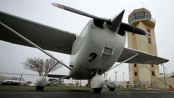 Un avion Cessna est stationné à proximité de la tour de contrôle de la circulation aérienne à l'aéroport régional du comté de Collin à McKinney le vendredi 22 mars 2013 à McKinney au Texas - Sputnik France