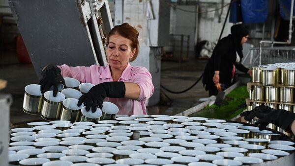 Женщина в цехе завода по изготовлению консервов в Дамаске. - Sputnik France