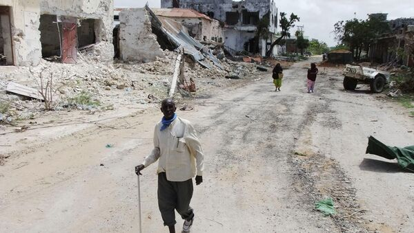 Civilians walk along a street in Mogadishu, Somalia. (File) - Sputnik France