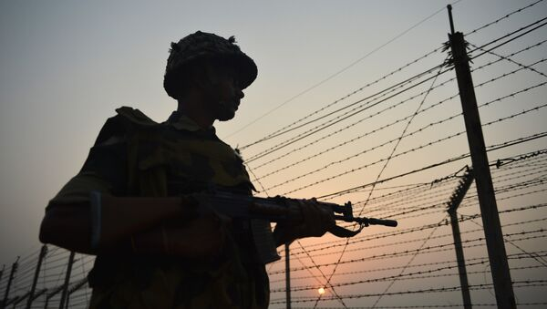 An Indian Border Security Force (BSF) soldier patrols along a fence at the India-Pakistan border in R.S Pora, southwest of Jammu, on October 3, 2016 - Sputnik France