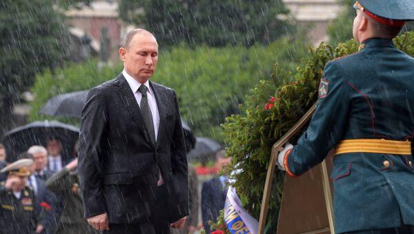 Leçon d'endurance: Poutine trempé jusqu'aux os rappelle au Net Obama sous un parapluie - Sputnik France