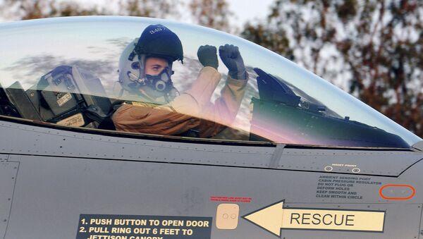 Un pilote dans le cockpit du chasseur F-16 - Sputnik France