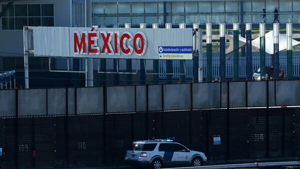 A U.S. border patrol vehicle drives along the border wall between Mexico and the United States in San Ysidro, California, U.S. - Sputnik France