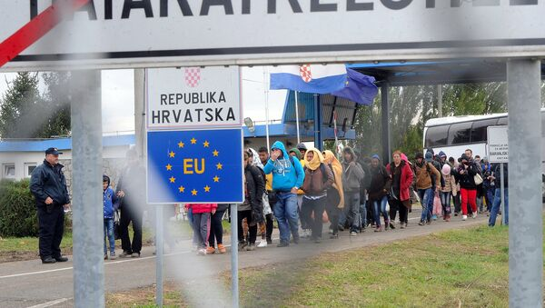 Migrants cross the border at the Hungarian Beremend station on September 30, 2015 as local workers prepare a new transit zone here. - Sputnik France