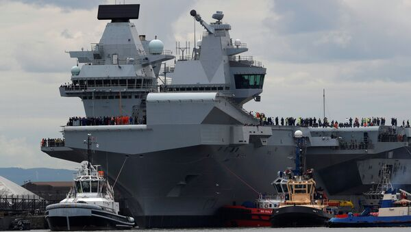 The British aircraft carrier HMS Queen Elizabeth is pulled from its berth by tugs before its maiden voyage, in Rosyth, Scotland, Britain June 26, 2017. - Sputnik France