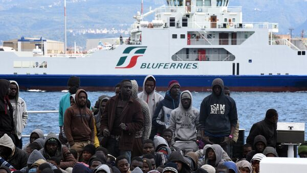 Migrants and refugees wait to disembark in the port of Messina following a rescue operation at sea by the Italian Coast Guard ship Diciotti on March 17, 2016 in Sicily. - Sputnik France