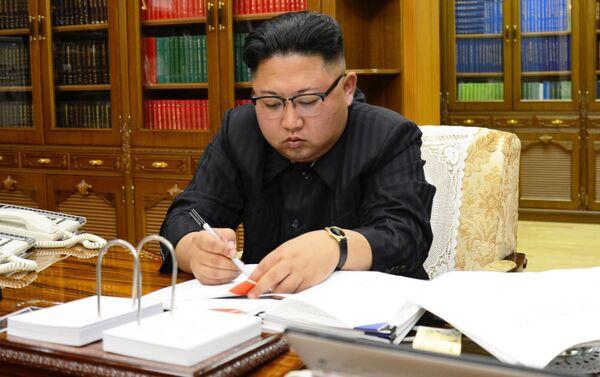 Le dirigeant nord-coréen Kim Jong-un signe un décret relatif au lancement d'un missile balistique Hwasong-14. - Sputnik France