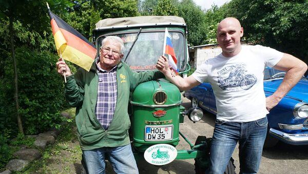 81-летний житель Германии совершает путешествие на тракторе в Россию - Sputnik France