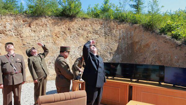 O líder norte-coreano, Kim Jong-un, observando teste de míssil Hwasong-14 - Sputnik France