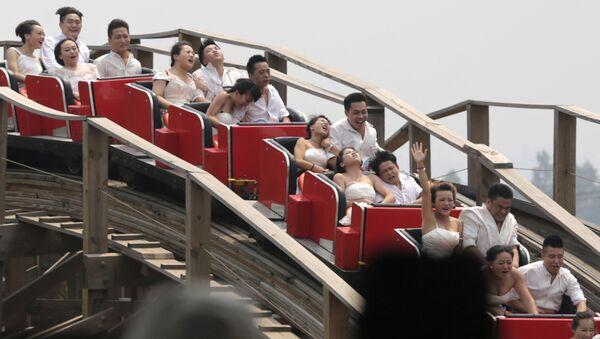 Молодожены на американских горках в Китае - Sputnik France
