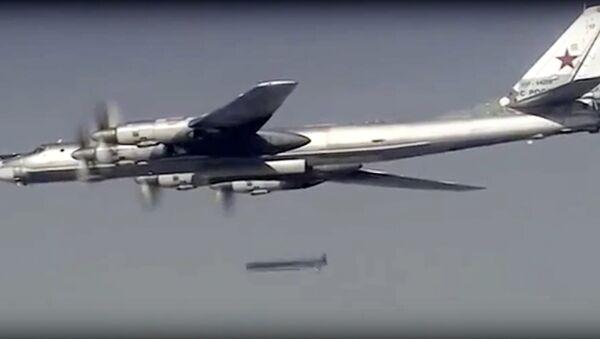 Le bombardier russe Tu-95 lance un missile de croisière contre une cible en Syrie - Sputnik France