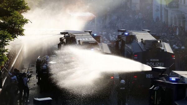 """Polizei setzt bei der """"Welcome to Hell""""-Demonstration gegen den G20-Gipfel in Hamburg Wasserwerfer ein - Sputnik France"""
