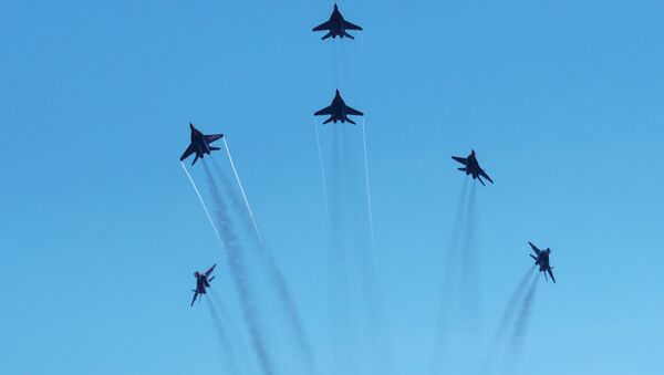 Le groupe de voltige Strizhi dans le ciel de Saint-Pétersbourg. - Sputnik France
