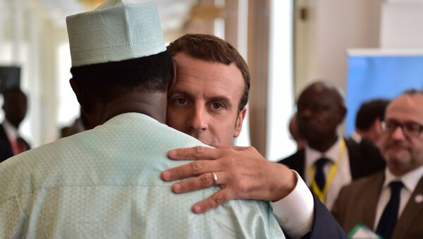 French President Emmanuel Macron (C) hugs Chad president Idriss Deby (L) during a G5 Sahel summit, in Bamako, on July 2, 2017, to boost Western backing for a regional anti-jihadist force for the Sahel region amid mounting insecurity and cross-border trafficking. - Sputnik France
