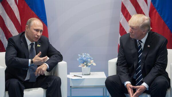 7 июля 2017. Президент РФ Владимир Путин и президент США Дональд Трамп (справа) во время беседы на полях саммита лидеров Группы двадцати G20 в Гамбурге. - Sputnik France
