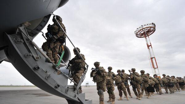Des soldats US montent à bord d'un avion (archive photo) - Sputnik France